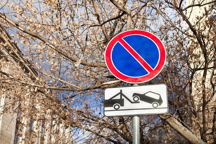 Остановка автомобиля под запрещающим знаком